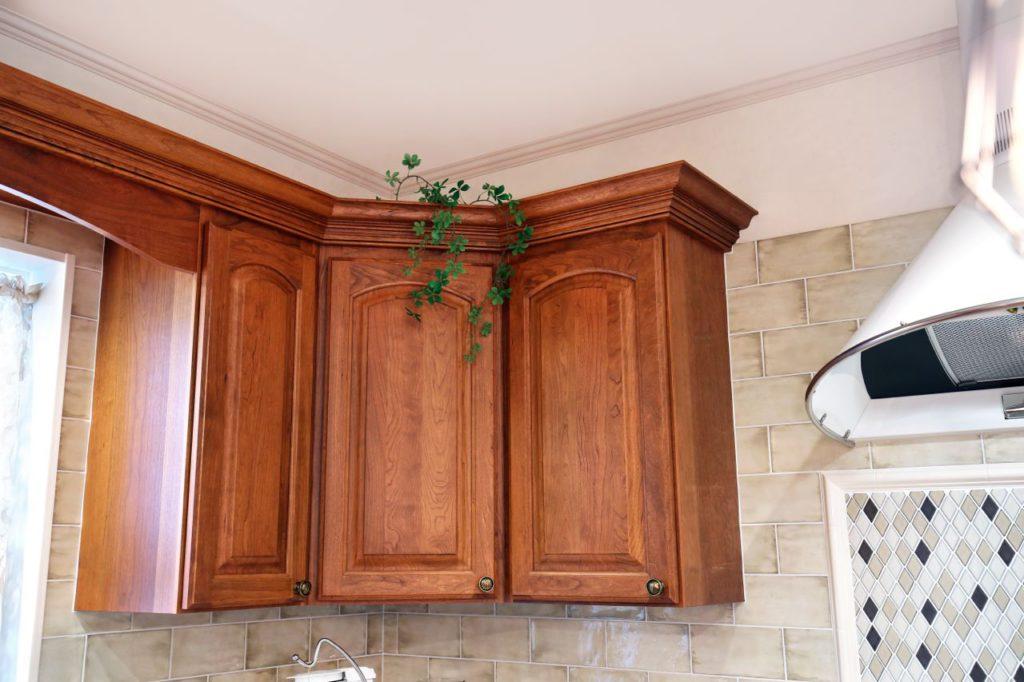 造作家具などにも取り入れた吊戸棚上部の装飾