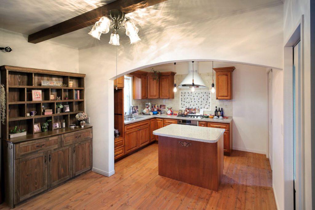 キッチンに合わせてフローリングの塗装色や造作家具のデザインを決定