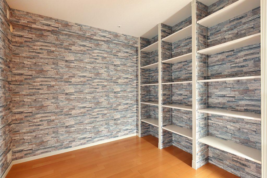 造り付けの本棚にもモールがあしらわれている