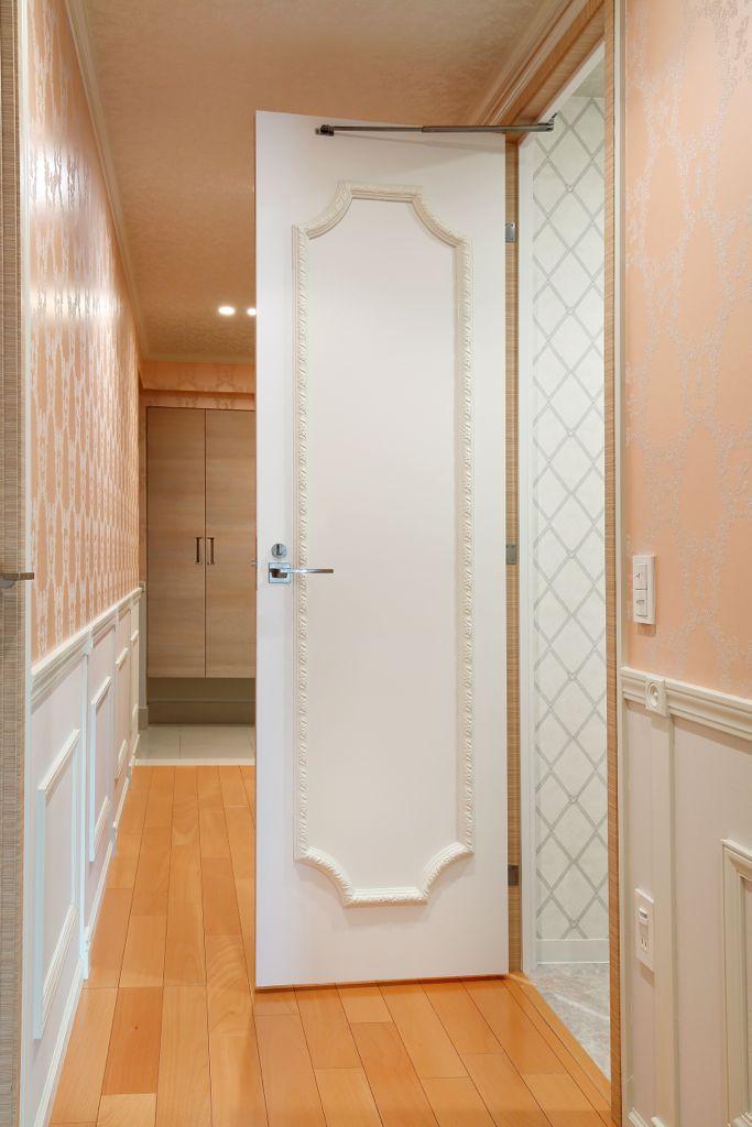 モールディングでカタログの世界観を再現した廊下とトイレのドアの装飾